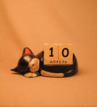 Календарь `Спящий кот черный с белыми пятнами`.